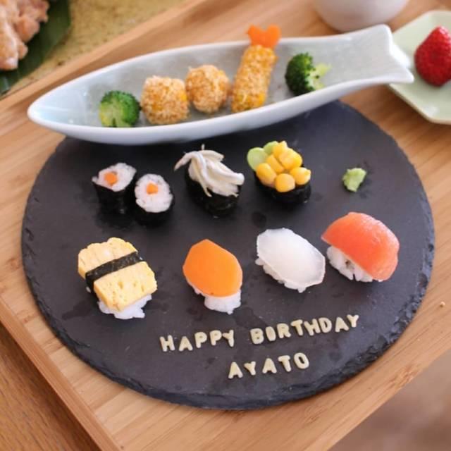 """asuka on Instagram: """"* 次男の1歳の誕生日パーティーをしました🎂 * 両方のじいじばあばを招待して、大人はお寿司だったので、次男のお誕生日プレートも赤ちゃん寿司にしました😄 いつものごとくあまり食べず、指で触って遊んでいました(笑) *…"""" (121059)"""