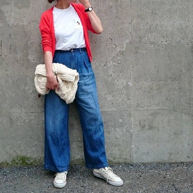 """Yu on Instagram: """"** * 今日のコーデ👕 * バギージーンズお気に入りすぎて こっちの濃い色も欲しかったけど完売…😭 そしたらメルカリでみっけ👀💕 売上金貯まってたからそれで買えた~🙌💕 カーディガンは赤です💕 何故かピンクっぽく写ってる…💦 ニットクラッチはまだ使ってても🆗ですか?👂 *…"""" (88133)"""