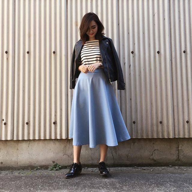 """柳橋唯 Yui Yanagihashi on Instagram: """"outfit ・ ・ サックスブルーのスカートにボーダー❤️ ライダースとオックスフォードの黒アイテムでメリハリも✨ ※寒いのでタイツは履きましょう。 ・ ・ 最近、#ブルゾンちえみ にはまってます。 いい女に見えてしょうがないのは私だけでしょうか、、…"""" (88204)"""