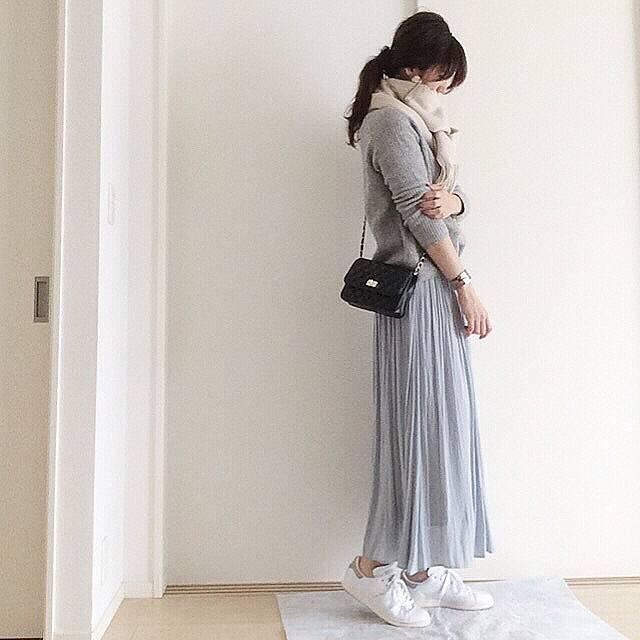 """mei on Instagram: """". . 晩御飯作ってひと段落☕️ . このスカートめちゃ色が気に入ってます💕 細かなプリーツも足をすらっと長く見せてくれる気がする🤔 ピンクも可愛かったなー☺ . でも私は最近ブルーが気になるのでこの色をチョイス☝️ ウエストゴムだから普段Lサイズの私でも履けた😍 . . .…"""" (88206)"""
