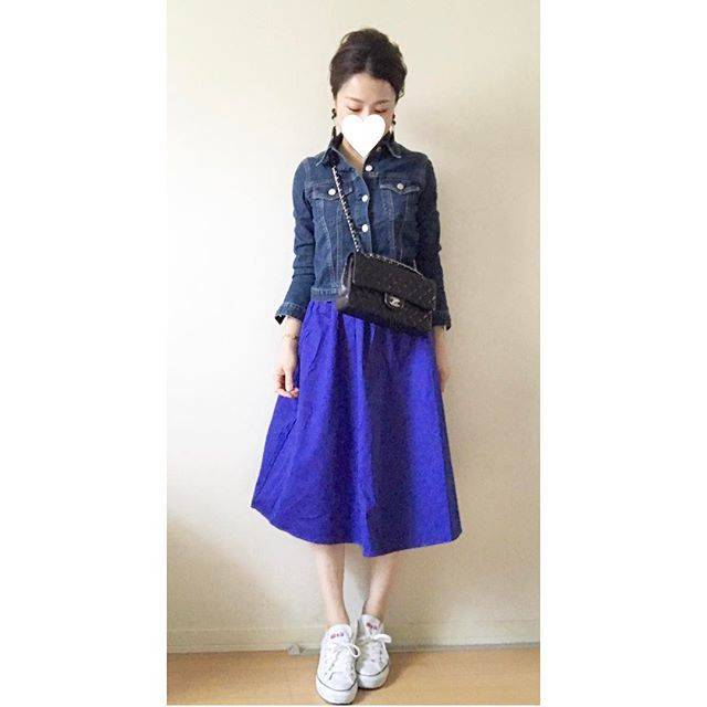 """NAMI♡ on Instagram: """"#先日のかっこー♡  Gジャン…#lihua スカート…#gu バッグ…#chanel スニーカー…#converse ・ ・ GUの真っ青な#イージーカラースカート♡ 程よいハリ感と丈感と、何よりもカラーがツボ♡♡ ・ ・ ・…"""" (88219)"""