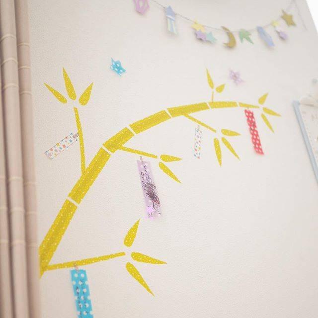 kagetsuさんはInstagramを利用しています:「⌘ 2018/07/08 . #七夕飾り . . 笹もないし、何もする予定もなかった今年の七夕🎋 . 七夕については幼稚園で学んできてもらうはずが…休園になってしまったため、急遽家にあるもので壁に簡単に七夕の飾り付けをしました。 マスキングテープで笹を。折り紙で短冊を。…」 (125619)