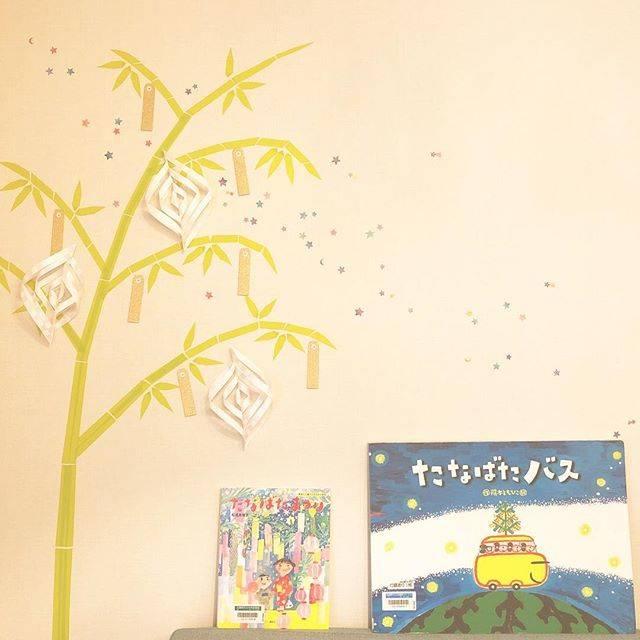 栞❁おはなしアンブレラさんはInstagramを利用しています:「* #七夕絵本 ⋆。˚✩ ༘*ೄ˚ . 今年の #七夕飾り は、マスキングテープの笹の葉にしてみました✩⃛ ∗ 七夕の絵本はまだまだありますが、 大好きな2冊を紹介しますˊᵕˋ* . 『たなばたまつり』 松成真理子 作 講談社 2010年 .…」 (125620)