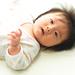 ハンドリガードは発達のサイン?赤ちゃんが手を見つめる意味、しない場合の工夫、ミトンの着衣について | LITALICO(りたりこ)発達ナビ
