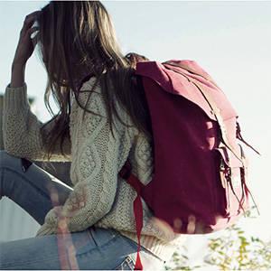 バッグ本体を覆う4本のベルトが、デザイン面でも機能面で...