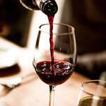"""【カロリーは低いのに…】夜に""""ワイン""""を飲むと太るって本当?"""