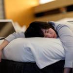 《なぜ眠くなるの?》女性が感じている「生理中の眠気」の原因と改善策