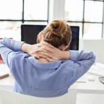 【その肩こりは座り方が原因?】座り方を改善して、スッキリ生活を送る方法とは?