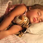 《睡眠障害の可能性?》子供が夜中に何度も起きてしまう原因とは