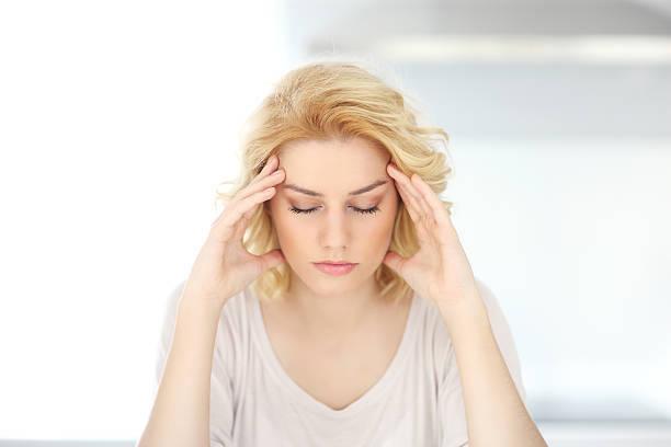 女性の頭痛の大人のお客様がご自宅で