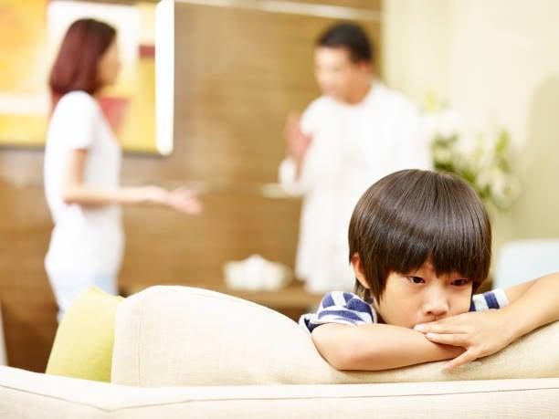 アジアの不幸な子供と両親の口論