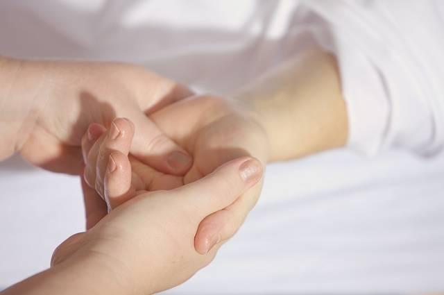 2 指の付け根から指先へ
