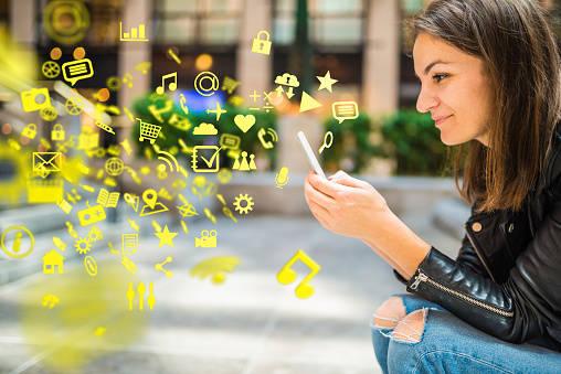 アプリ、メディア、その他の情報を、スマートフォンのご利用