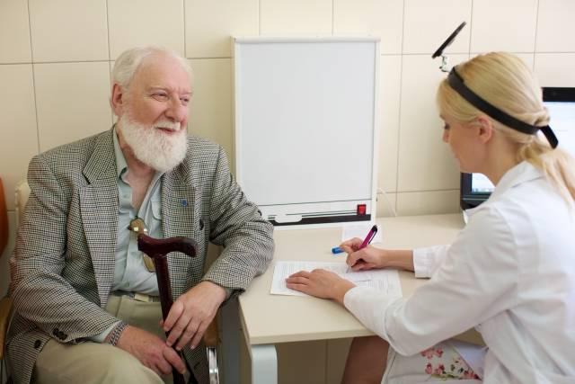 話をする外国人老人男性と外国人女医3|写真素材なら「写真AC」無料(フリー)ダウンロードOK (620)