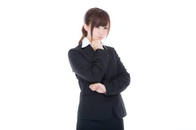 考えこむスーツ姿の女性社員|フリー写真素材・無料ダウンロード-ぱくたそ (960)