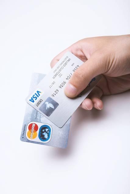 クレジットカードを持つ手|フリー写真素材・無料ダウンロード-ぱくたそ (1024)