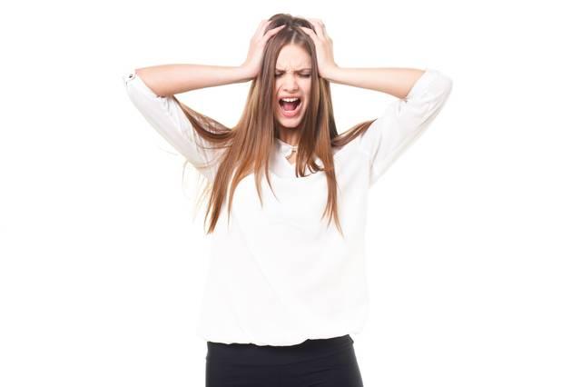 頭を抱えて叫ぶ女性(ロシア人)|フリー写真素材・無料ダウンロード-ぱくたそ (1061)