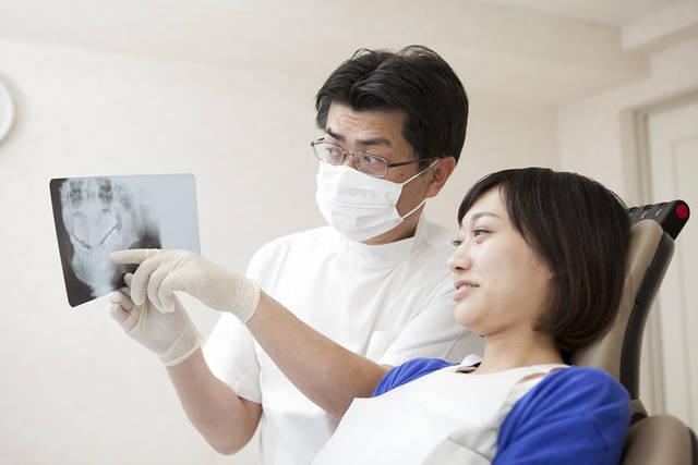 女性患者にレントゲンを説明する歯科医 (m015-250) | 無料人物写真フリー素材の【ビジトリーフォト】商用利用OK (1216)