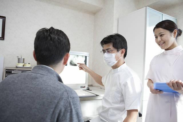 男性患者にレントゲンを説明をする歯科医 (m015-273) | 無料人物写真フリー素材の【ビジトリーフォト】商用利用OK (1217)