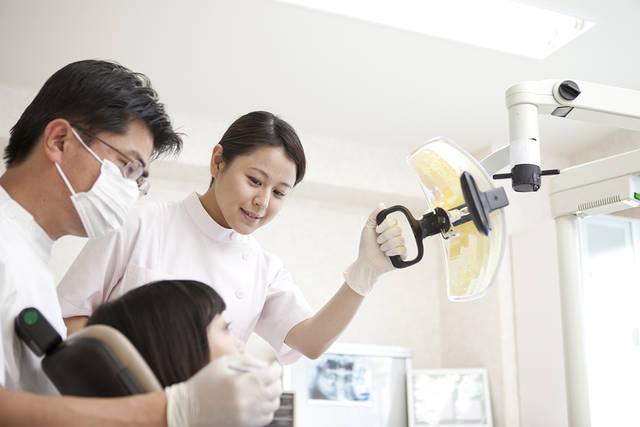 虫歯の治療をする歯科医と歯科助手 (m015-246) | 無料人物写真フリー素材の【ビジトリーフォト】商用利用OK (1218)