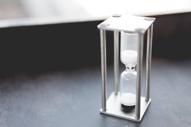 テーブルに置かれた砂時計|フリー写真素材・無料ダウンロード-ぱくたそ (1743)
