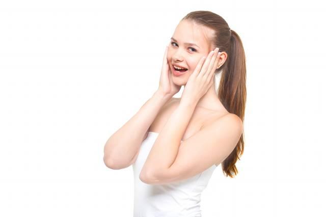 両手を頬に当てながら驚いた表情をする女性|フリー写真素材・無料ダウンロード-ぱくたそ (2152)