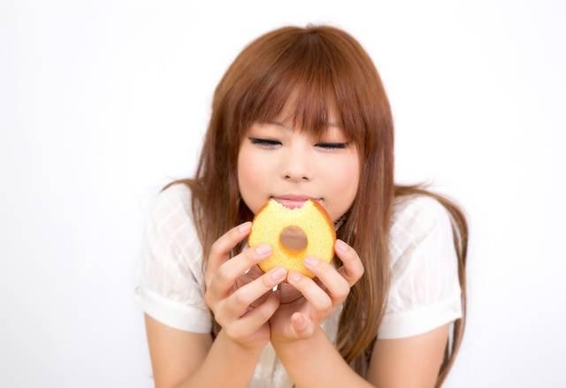 バームクーヘンを食べて幸せそうな顔の女の子|フリー写真素材・無料ダウンロード-ぱくたそ (2235)
