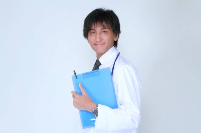 カルテを持つ担当医 [モデル:ACE] (2697)