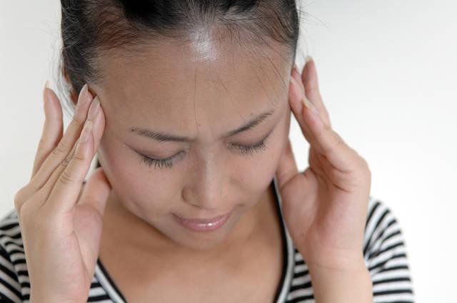 頭痛を気にする女性 (m002-109) | 無料人物写真フリー素材の【ビジトリーフォト】商用利用OK (2804)