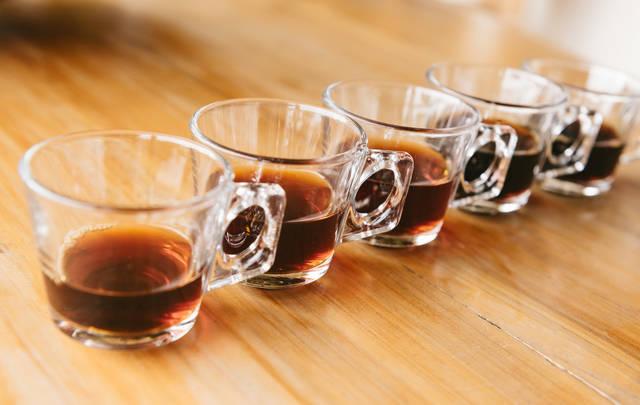 並べられたグラスとティー|フリー写真素材・無料ダウンロード-ぱくたそ (2910)