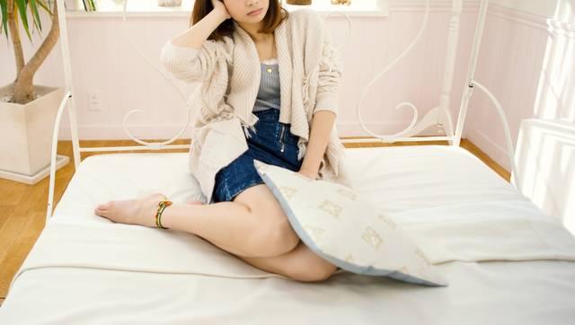 シャレオツなベッドの上でリラックスする女性|フリー写真素材・無料ダウンロード-ぱくたそ (2978)