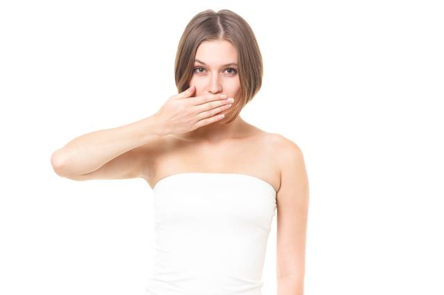 口元を隠して嘲笑する女性(美容・エステ)|フリー写真素材・無料ダウンロード-ぱくたそ (2983)