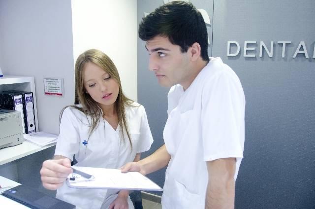受付スタッフと医師|写真素材なら「写真AC」無料(フリー)ダウンロードOK (3018)