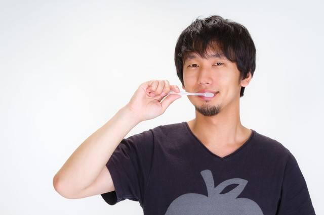笑顔でハミガキをする男性|フリー写真素材・無料ダウンロード-ぱくたそ (3038)