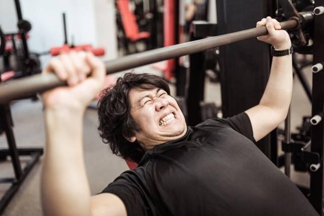 インクラインベンチプレスで大胸筋上部を鍛えるトレーニー|フリー写真素材・無料ダウンロード-ぱくたそ (3091)