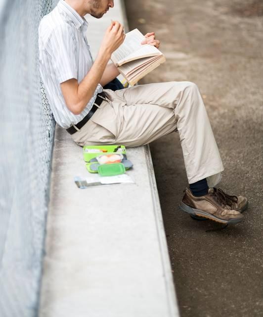 お食事しながら本を読む男性|フリー写真素材・無料ダウンロード-ぱくたそ (3092)