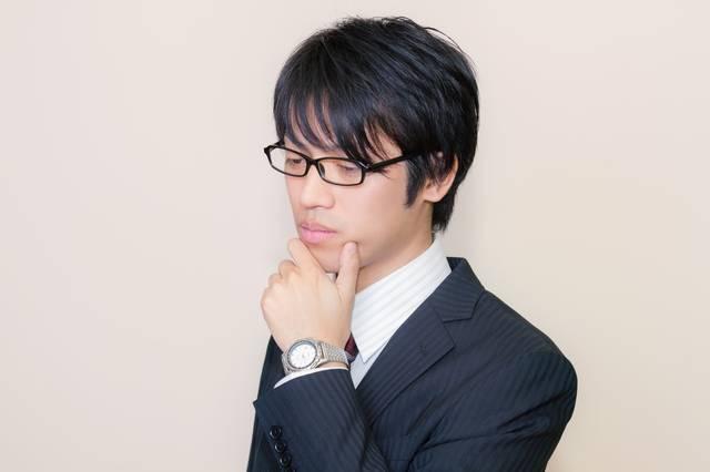 スーツ姿の考える男性|フリー写真素材・無料ダウンロード-ぱくたそ (3105)