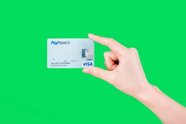 クレジットカードを持つ手(グリーンバック)|フリー写真素材・無料ダウンロード-ぱくたそ (3391)