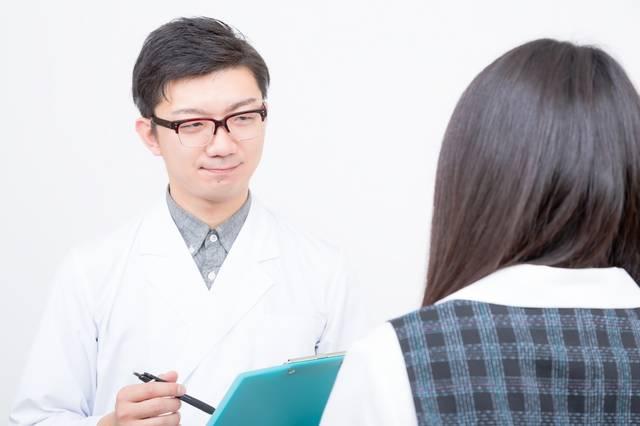女性を診察をする医師|フリー写真素材・無料ダウンロード-ぱくたそ (3432)