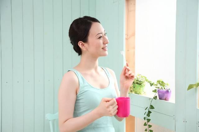 歯磨きをする女性1|写真素材なら「写真AC」無料(フリー)ダウンロードOK (3835)