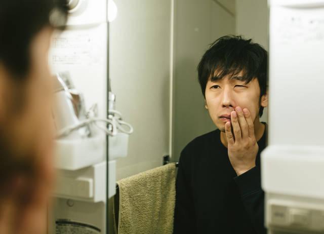 カミソリ負けに悩む敏感肌の男性|フリー写真素材・無料ダウンロード-ぱくたそ (3859)
