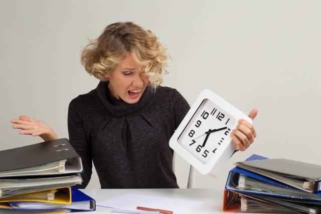 四角い時計を持って叫ぶ金髪外国人女性2|写真素材なら「写真AC」無料(フリー)ダウンロードOK (3993)
