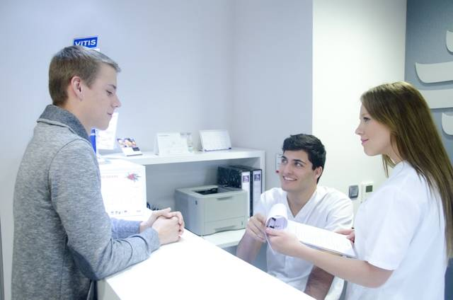 医師と受付スタッフと患者5|写真素材なら「写真AC」無料(フリー)ダウンロードOK (4102)
