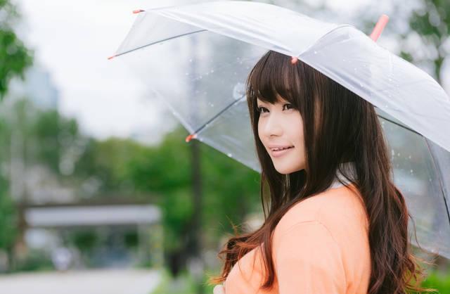 雨の日と傘と美女|フリー写真素材・無料ダウンロード-ぱくたそ (4525)