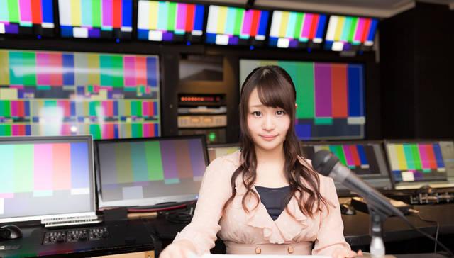 放送終了後にニュースを放送する女性アナ|フリー写真素材・無料ダウンロード-ぱくたそ (4526)