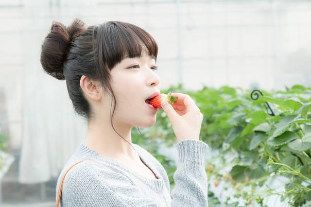 甘いいちごにご満悦の女性|フリー写真素材・無料ダウンロード-ぱくたそ (4659)