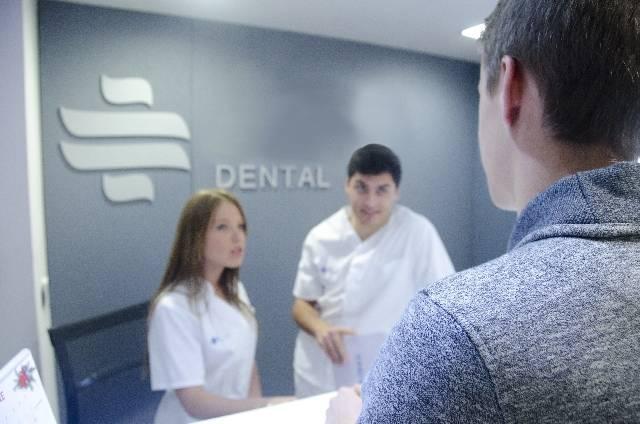 医師と受付スタッフと患者3|写真素材なら「写真AC」無料(フリー)ダウンロードOK (4726)