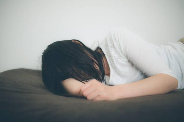 ひとり腕枕で寂しさを紛らわす失恋女子|フリー写真素材・無料ダウンロード-ぱくたそ (5080)