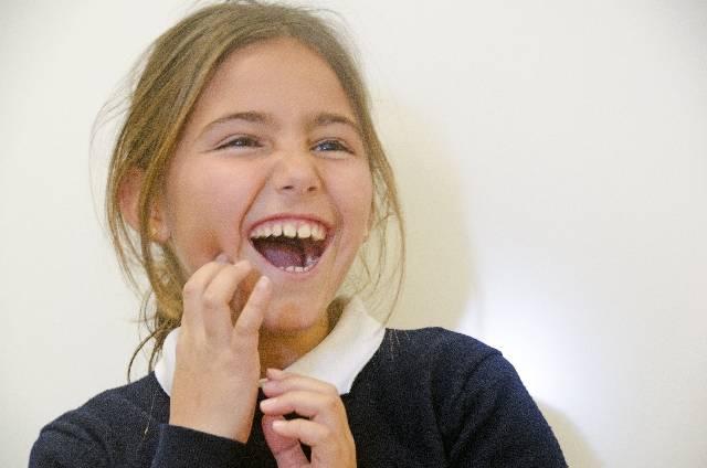 歯をおさえる女の子2|写真素材なら「写真AC」無料(フリー)ダウンロードOK (5199)