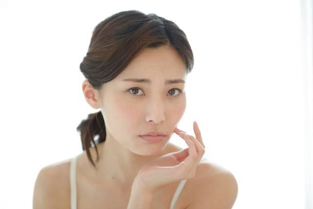 頬に手を触れる女性16|写真素材なら「写真AC」無料(フリー)ダウンロードOK (5283)